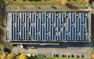 Solarpaneele auf dem Dach des Werkes von Renusol - Luftbildaufnahme