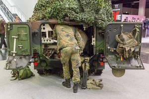 Soldaten laden Ausrüstung in ein Kettenfahrzeug