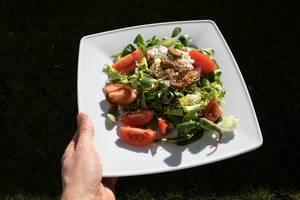 Sommer-Salat mit Mangold, Tomaten, Frischkäse, Mandeln und Leinsamen