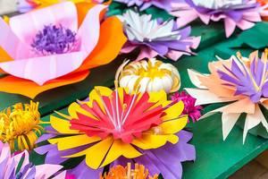 Sommerliche Bastelarbeiten in bunten Farben