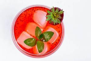 Sommerlicher Cocktail mit Erdbeeren und Eiswürfeln, aus der Sicht von oben