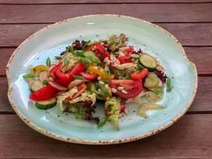Sommersalat beim Avocado Cafe: Tomate, Gurke, Paprika, Sellerie, Kopfsalat, Pinienkerne, Balsamico, Olivenöl, Zitronensaft