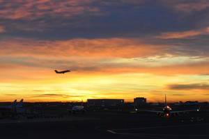 Sonnenaufgang am Amsterdamer Flughafen