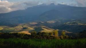 Sonnenlicht trifft die Hügel des Berges. Kanlaon 0216
