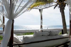 Sonnenliege mit einem wunderschönen Blick auf einen tropischen Strand