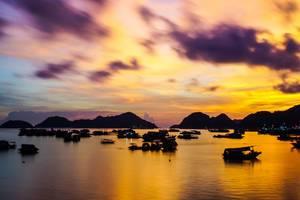 Sonnenuntergand auf den Cat Ba Inseln in Vietnam