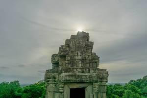 Sonnenuntergang hinter einer Ruine bei Phnom Bakheng in Siem Reap