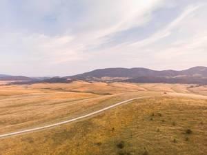 Sonnige Luftaufnahme der Landschaft im serbischen Zlatibor Gebirge