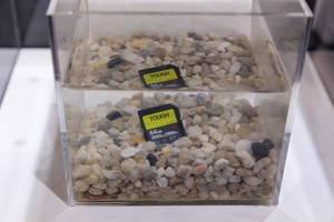Sony Tough SD Speicherkarte unter Wasser in einem Aquarium