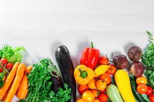 Sortiment an reifem, frischem Sommergemüse für eine gesunde Ernährung und einen ausgewogenen Speiseplan