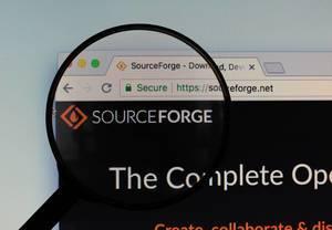 SourceForge-Logo am PC-Monitor, durch eine Lupe fotografiert