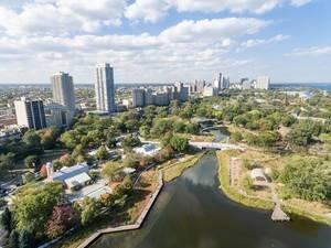 South Pond in Chicago und Hochhäuser im Hintergrund
