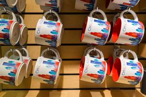 Souvenirs of Chicago: white, red and blue mugs with the skyline of the city