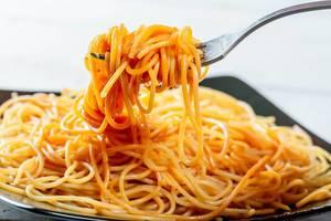 Spaghetti auf einer Gabel aufgedreht in der Nahaufnahme