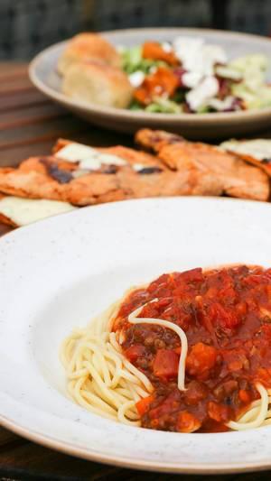 Spaghetti Bolognese, Knoblauchbrot und Salat