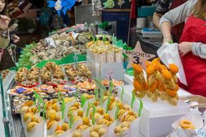 "Spanische Canapés wie Brocheta und Surtido de Marisco werden als Fingerfood in der ""Mercat de la Boqueria"" in Barcelona, Spanien, verkauft"