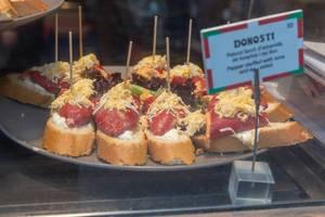 Spanische Donosti in Barcelona- Baguettescheiben mit roten Paprika, gefüllt mit Thunfisch und Eiersalat