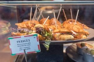 Spanischer Snack in Barcelona: Mini-Croissants mit Krabbensalat belegt
