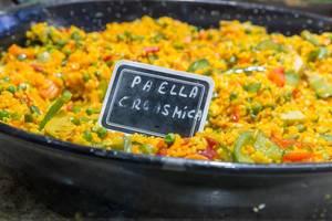 """Spanisches Nationalgericht und Reispfanne """"Paella"""" mit frischem Gemüse in einer Pfanne in der Mercat de la Boqueria in Barcelona"""