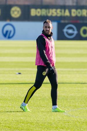 Spanish striker Paco Alcácer in a pink training vest at the public training of Borussia Dortmund