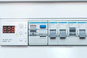 Spannungsschalttafel mit Temperatur-und Spannungssensor an weißer Wand