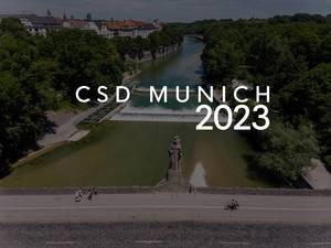 """Spaziergänger auf der Maximilianbrücke in München, mit dem Bildtitel """"CSD Munich 2023"""", um mit der LGBTQ-Community für Vielfalt zu demonstrieren"""