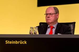 SPD-Politiker und BVB-Aufsichtsratmitglied Peer Steinbrück auf der Bühne der Jahreshauptversammlung