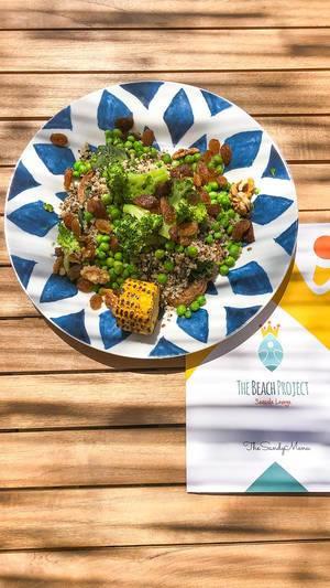 """Speisekarte des Beach Project Restaurants, neben dem vegetarischen Mittagessen """"Veggie-Bowl"""", mit Quinoa, Brokkoli, Walnüssen, Rosinen, Mais & Brot"""