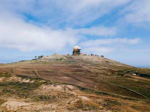 Spherical meteorological station on top of the mountain / Sphärische meteorologische Station auf den Berg