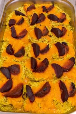 Spicy Ofenbete auf Dattelreis mit Ingwer-Möhren-Sauce in der aufsicht