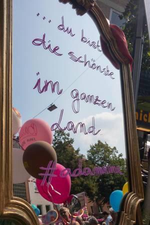 """Spiegel mit der Aufschrift """"du bist die schönste im ganzen Land"""" - Straßenfest, Köln"""