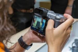 Spiegelreflexkamera von Hasselblad mit Display in Händen an der Photokina in Köln