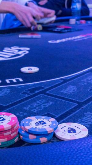 Spielchips auf einem Pokertisch