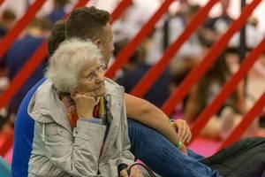Spielemesse-Besucher aller Altersklassen: Oma auf der Gamescom