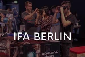 Spielemesse-Besucher zocken Fußballkicker mit VR-Brille in der virtual reality Optik