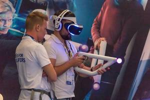 Spieler mit PlayStation VR Headset und Aim Controller