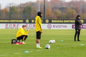 Spieler warten auf ihren Einsatz beim Training am Spielfeldrand