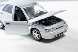 Spielzeug-Auto des Modells Lada 112, auch VAZ-2112 genannt, mit offenen Türen und Motorhaube