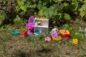 Spielzeug für kleine Mädchen auf dem Rasen im Gorki-Park