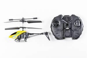 Spielzeug Hubschrauber mit Fernsteuerung auf weißem Hintergrund