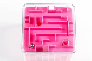 Spielzeug Labyrinth-Würfel mit kleiner Kugel vor weißem Hintergrund Draufsicht