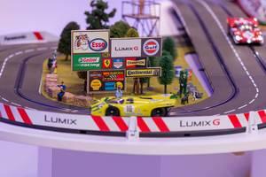 Spielzeug-Rennbahn mit Autos am Messestand von Panasonic