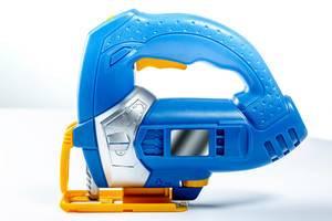Spielzeug-Stichsäge in blau, gelb und silber auf weißem Untergrund