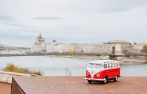 Spielzeugauto der Marke VW vor der Kettenbrücke über der Donau in Budapest, Ungarn
