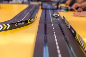 Spielzeugauto mit Beleuchtung fährt auf der Congstar Carrera-Bahn