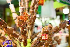 Spieße aus Marshmallows, überzogen mit Schokolade und Streuseln, verziert mit kleinen Geschenken