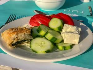 Spinat Börek und Salat mit Gurke, Tomate und Fetakäse