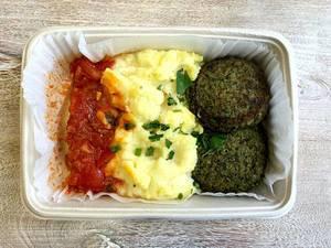 Spinat-Quark Bratlinge mit Kartoffel-Zitronen Püree, Tomaten Salsa, Rettich-Radieschen Salat und Kräutersauce