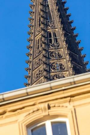 Spitze des Kölner Doms mit einem Gebäude im Vordergrund
