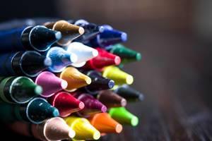 Spitzen verschiedenfarbiger Wachsstifte